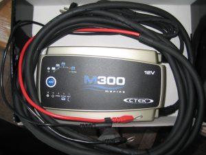 Her ser du batteriladeren inkl. fabriks monteret ringkabelsko samt Temperatursensor: