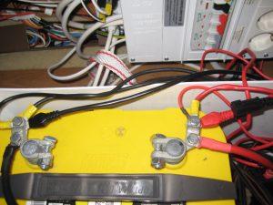 Her ser du ringkabelsko markeret med + og - monteret - Bemærk at temperatursensor er monteret på + ledning ved batteriet: