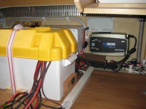 Færdig installation - Over batteriladeren ser du den fabriksmonteret batteribooster: