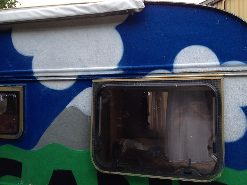 Efter bundfarve bliver campingvognens sider malet med farve