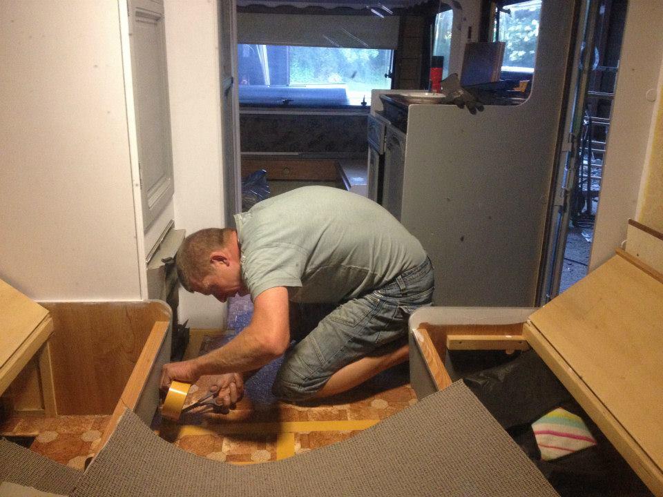 Nu bliver der monteret nyt gulvbelægning og låger m.v. monnteres