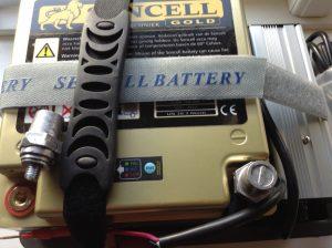 """Du kan på selve batteriet via den indbygget BMS aflæse, hvor meget strøm kapacitet er der på batteri - Du trykker på den lille testknap på batteriet, herefter lyser den grøn ved fuld opladet, blå ved medium, og rød ved lav. Du har således indbygget i batteriet en batterikapacitet målerafkæsning. Du kan let tilslutte en mover eller andet via ringstrøm tilslutninger eller lynkoblinger """"smart"""""""