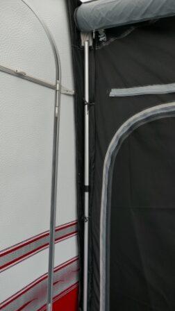 Opsætning foregår meget hurtigt og nemt, så snart forteltet har det ønsket lufttryk kan man sætte en pløk i den fast monteret strop. QUICKPITCH™ FASTGØRELSESSYSTEM gør det nemt at spænde stroppen som man ønsker - Fungerer super godt.