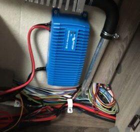 Ikke handymand monterer selv batteri og batterilader i Kabe Royal 2016